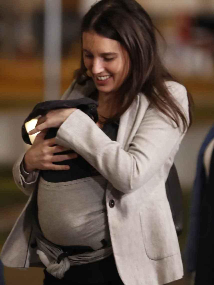 Irene, portando a Aitana de camino al debate preelectoral del 10 de noviembre.