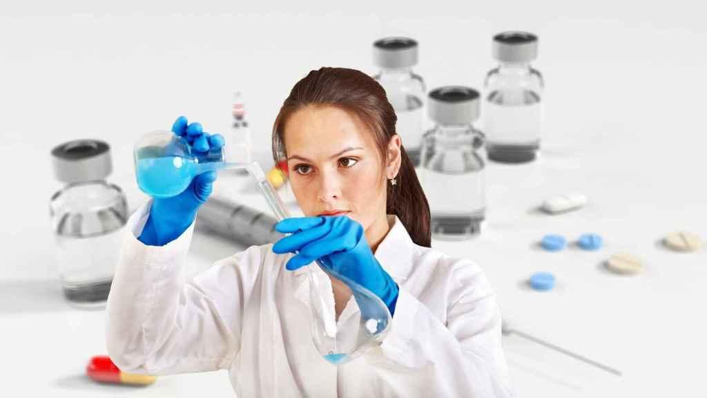 Una investigadora manipula una vacuna. FOTO: Pixabay.