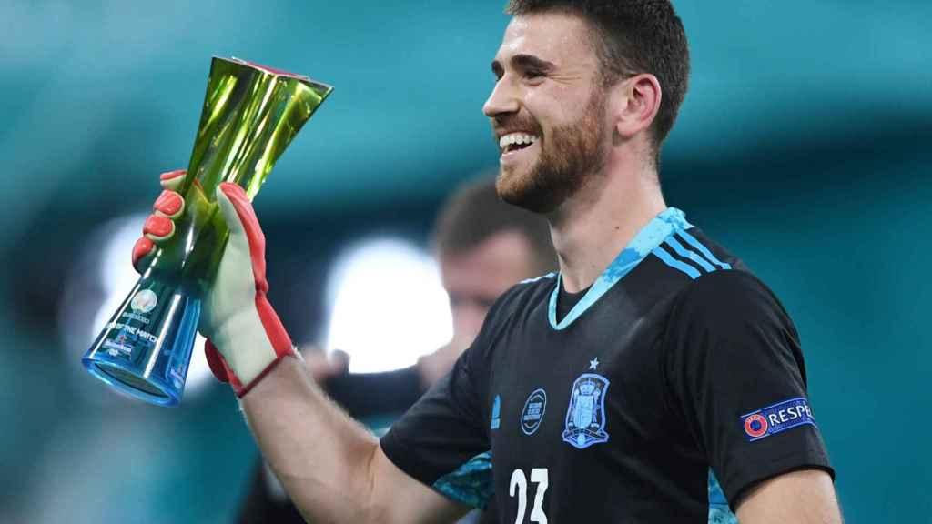 Unai Simón con el premio de mejor jugador del partido