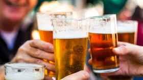 Brindis con cervezas.