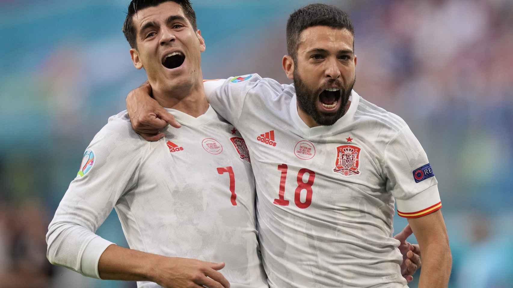 Jordi Alba y Morata celebran el gol de España