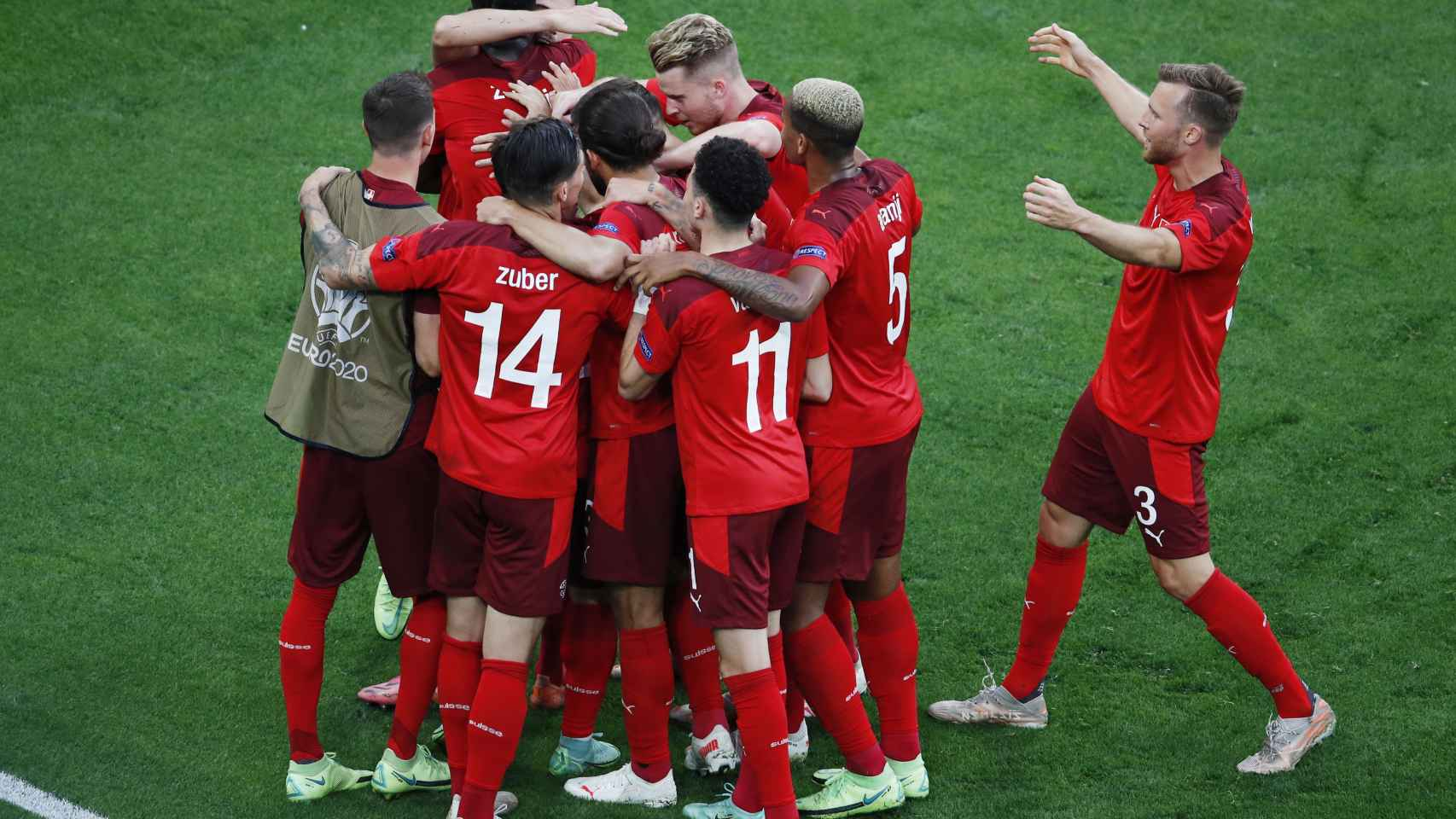 Los futbolistas de Suiza celebran el gol del empate frente a España