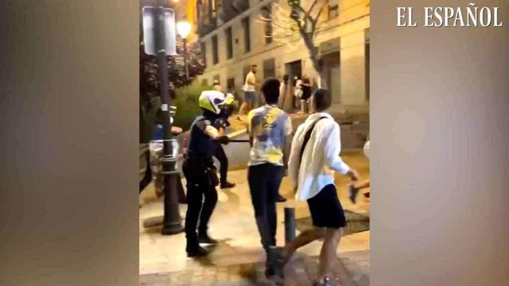 Carga policial contra los botellones en la plaza de Pedro Zerolo, en el Orgullo 2021.