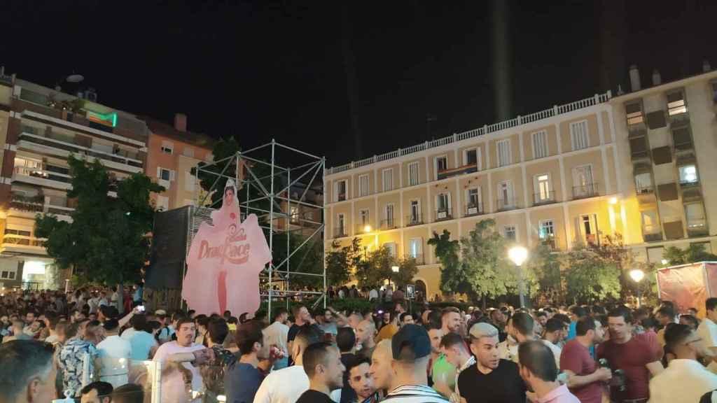 Botelllón en la plaza de Pedro Zerolo de Madrid durante las fiestas del Orgullo 2021.