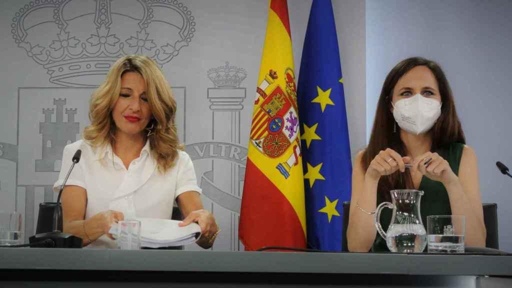 Las líderes ed Unidas Podemos, Yolanda Díaz, y de Podemos, Ione Belarra, en la sala de prensa de Moncloa.