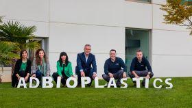 Equipo humano de ADBioplastics que se ampliará a partir de septiembre en la sección de producción para atender la creciente demanda de pedidos.