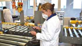 Trabajadora de la planta de Alestis usando la solución Polaris de Sixphere.