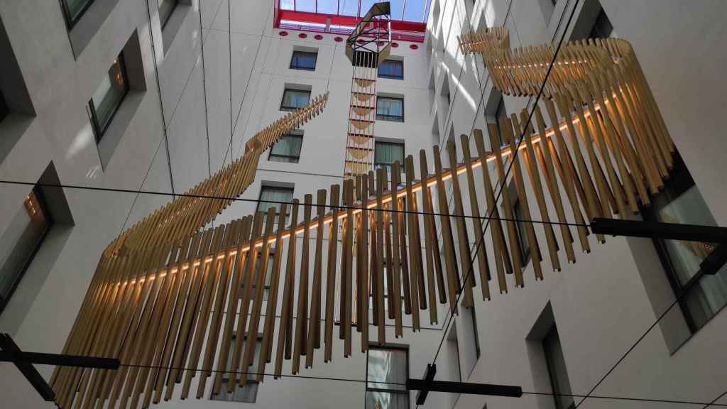 Guitarra colgante esculpida en el vestíbulo del Hard Rock Hotel. Foto: Invertia.