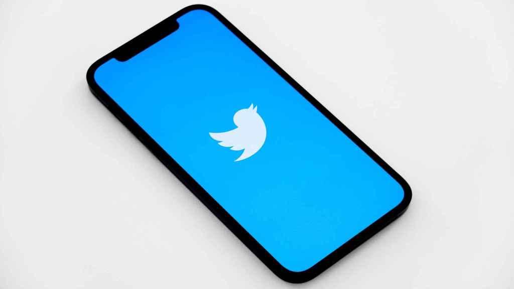 Twitter en un teléfono.