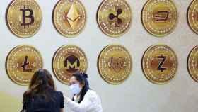 Símbolos de varias criptomonedas en la Exposición Internacional Financiera de Taipei.