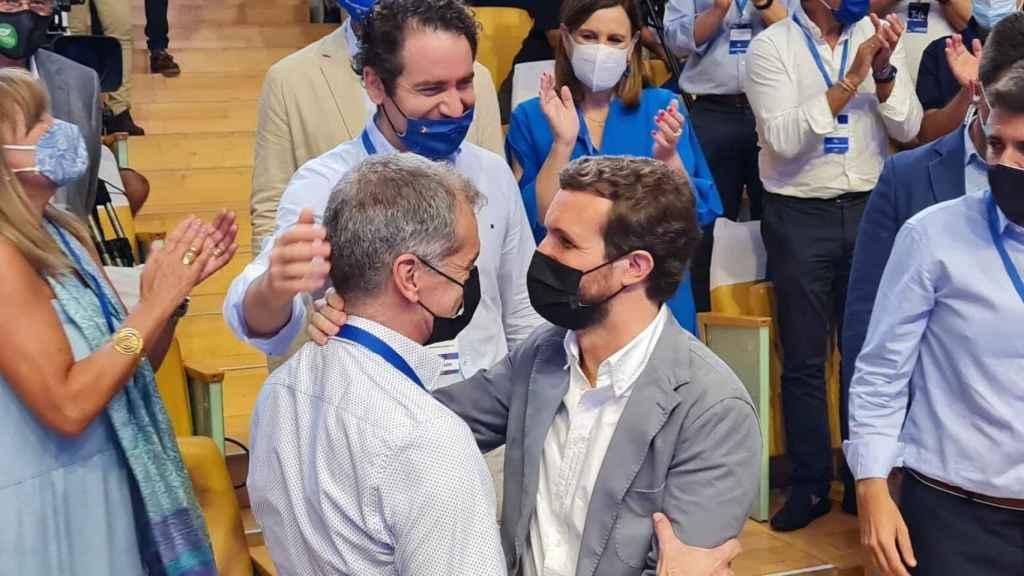 Pablo Casado saluda a Toni Cantó a su llegada al congreso del PPCV. EE