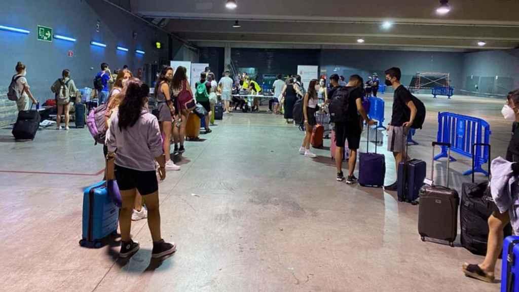 Cribado en la estación de autobuses de Pamplona a jóvenes navarros que llegan desde zonas de costa, en especial de Salou, para detectar posibles casos de coronavirus.
