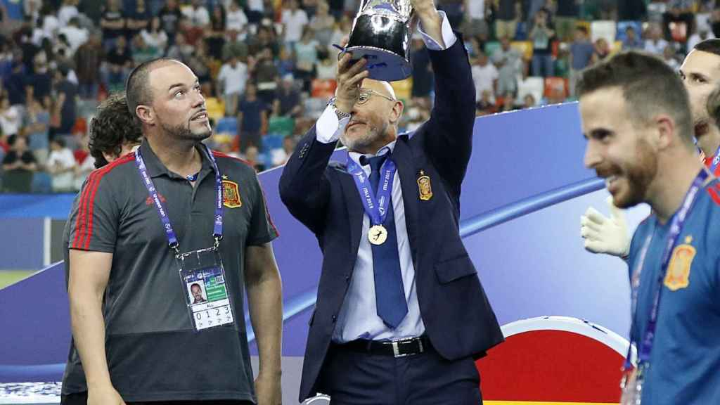 Luis de la Fuente, levantando el trofeo del Europeo sub21 de 2019