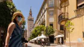 Una turista pasean por el centro de Sevilla (María José López para EP)