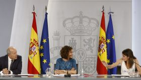 Juan Carlos Campo, María Jesús Montero e Irene Montero, en la rueda de prensa de Moncloa, posterior al Consejo de Ministros.