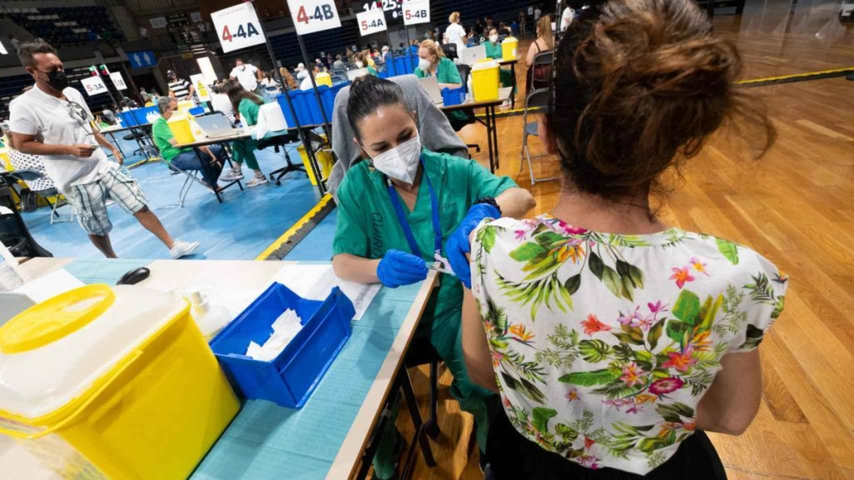 Una mujer recibiendo la vacuna contra la covid.
