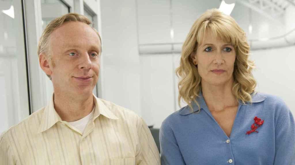 Mike White y Laura Dern en un episodio de 'Iluminada'.
