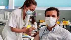 El líder del PP, Pablo Casado, se vacuna contra la Covid en el Zendal.