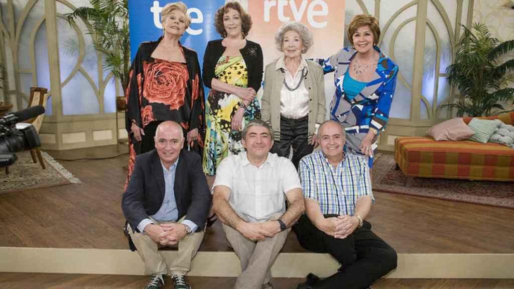 José Luis Moreno junto al elenco de 'Las chicas de oro' y directivos de TVE.
