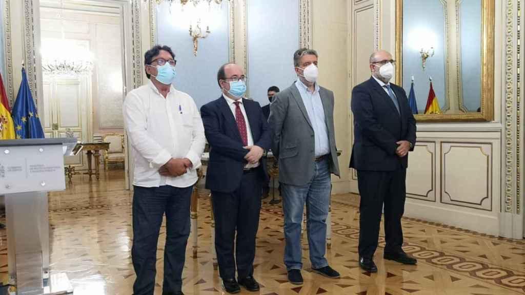 Los representantes de los sindicatos y el ministro Miquel Iceta, tras la firma del acuerdo.