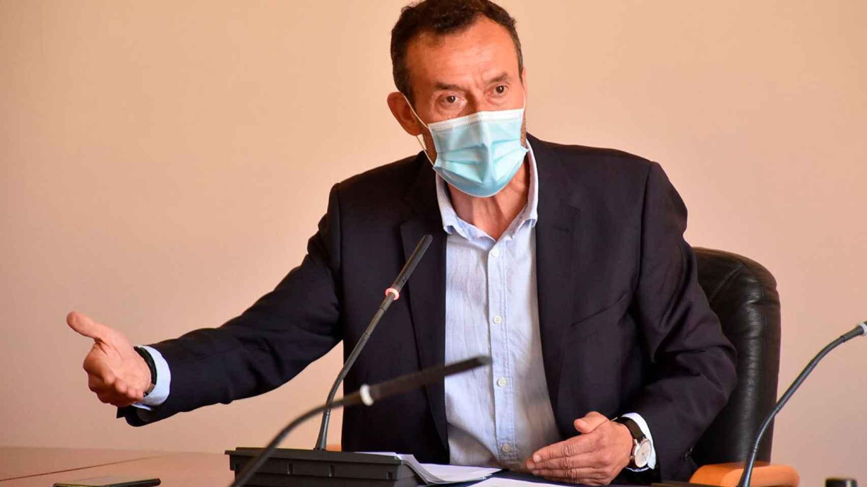 El alcalde de Elche, Carlos González, del PP, durante su explicación de la denuncia del PP.