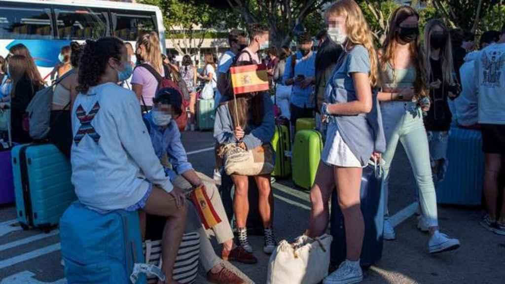 Varios estudiantes, que se encontraban en cuarentena por el macrobrote de covid-19, aguardan a su llegada a la estación marítima para embarcar en el barco burbuja hacia Valencia, este jueves, en Palma de Mallorca.