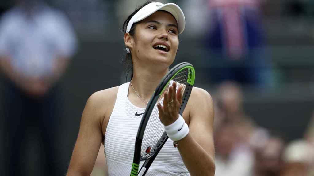 Emma Raducanu celebra una victoria en Wimbledon