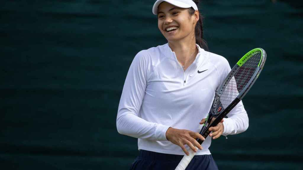 Emma Raducanu en un entrenamiento en Wimbledon