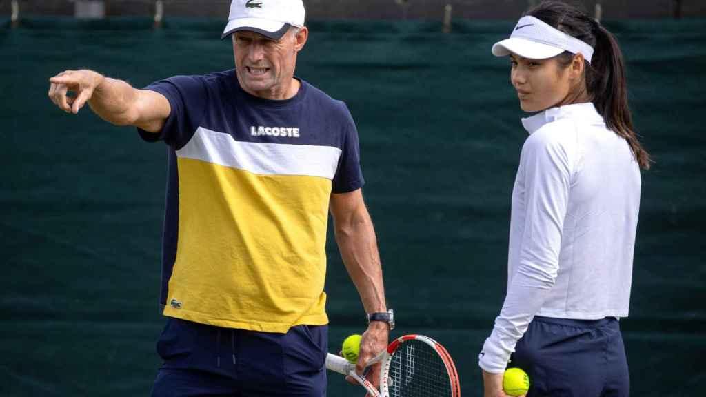 Emma Raducanu junto a su entrenador Nigel Sears