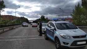 Varios coches de la Policía Local de Cuenca durante un control