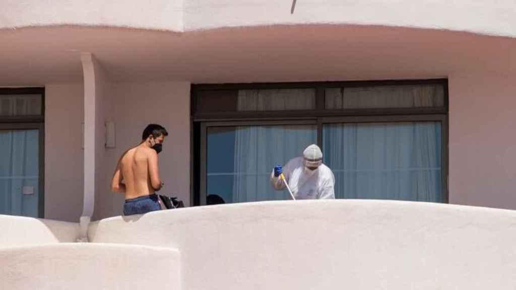 Un joven observa cómo limpian su habitación en un hotel de Mallorca.