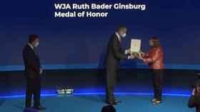 Felipe VI entrega una placa a Jane Ginsburg en presencia de Javier Cremades./