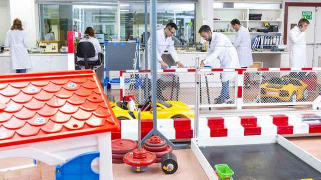 Técnicos de AIJU trabajan sobre la mejora de algunos juguetes.