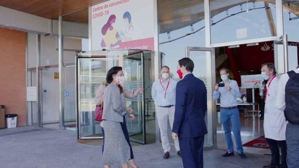 Ana Botín durante su visita a las instalaciones donde se está vacunando.