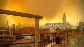 Chipre en llamas visto desde el distrito de Lárnaca.