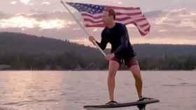 Mark Zuckerberg subido a una tabla de surf.