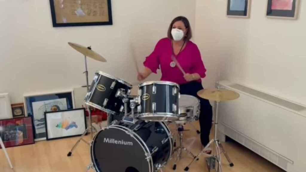 Patricia Franco, consejera de Economía, Empresas y Empleo, tocando la batería
