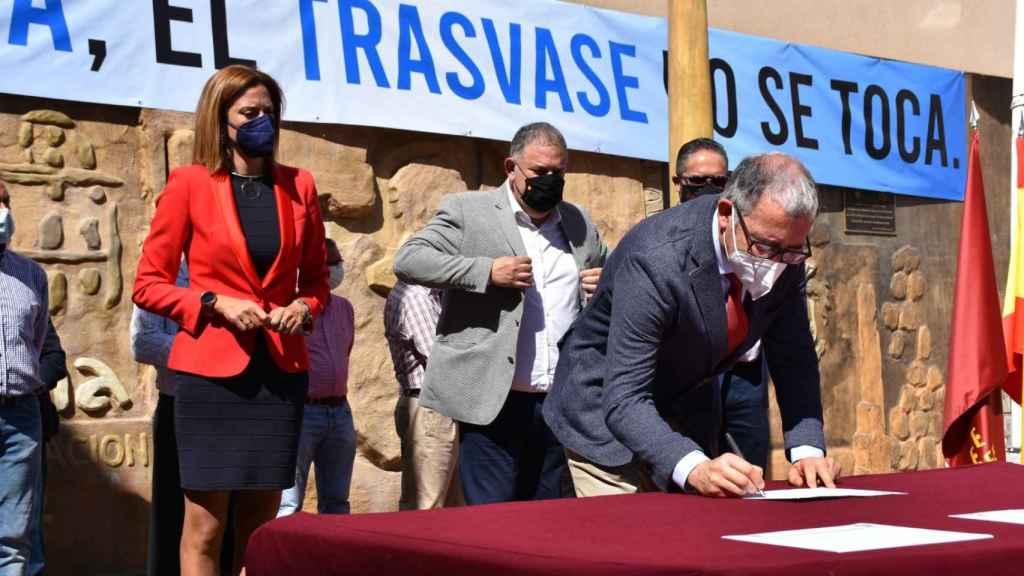 La alcaldesa, Patricia Fernández, en la firma de un manifiesto en defensa del Trasvase Tajo-Segura.