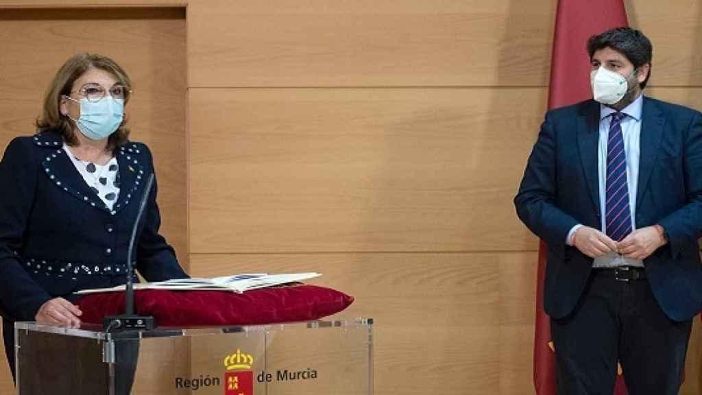 La diputada expulsada de Vox Mabel Campuzano tomando posesión de la Consejería de Educación bajo atenta mirada del presidente regional, Fernando López Miras.