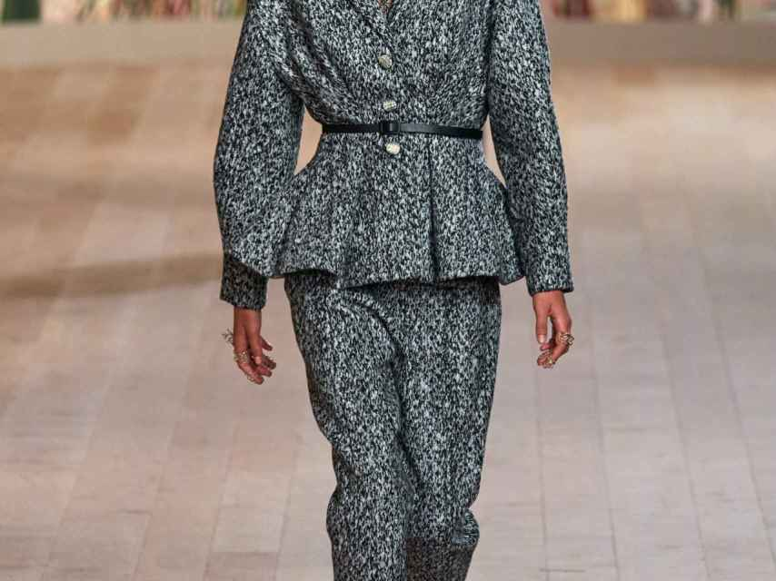 The new Dior collection advocates the patchwork trend marked by shades of gray, white and black.