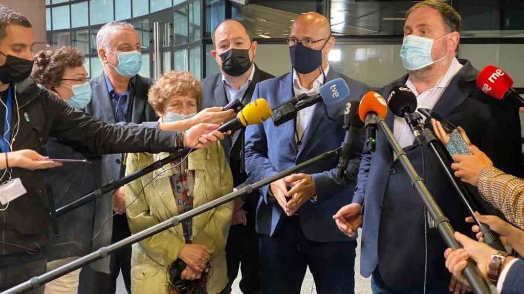 Raül Romeva y Oriol Junqueras, durante su canutazo en el exterior de la sede de la Eurocámara en Estraburgo