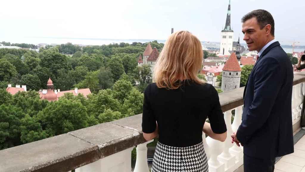 El presidente del Gobierno, Pedro Sánchez, junto a la primera ministra de Estonia, Kaja Kallas, en su visita a Tallin.