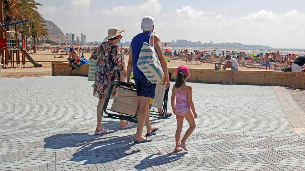 Turistas caminando hacia la playa.