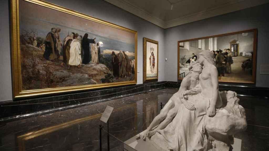 Obra escultórica Eclosión de Miguel Blay, junto a la pintura Flevit Super Illam, de Enrique Simonet, expuestas en el Museo del Prado.