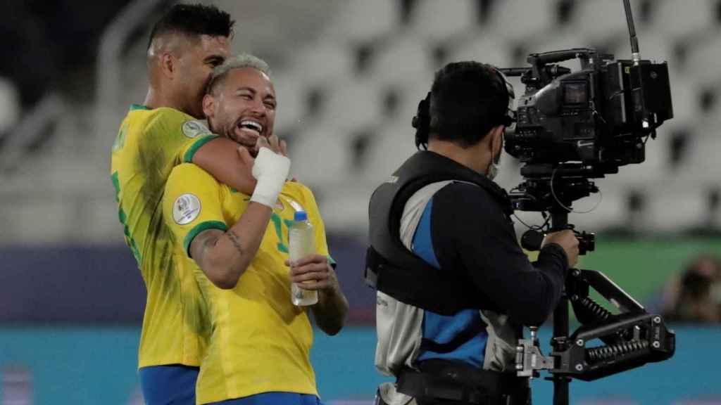 Casemiro y Neymar celebran el pase a la final de la Copa América