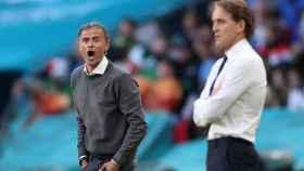 Luis Enrique y Roberto Mancini siguen el Italia - España en Wembley desde la banda