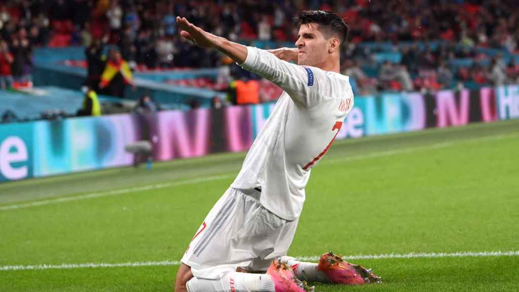 Álvaro Morata celebra su gol a Italia con el gesto del arquero