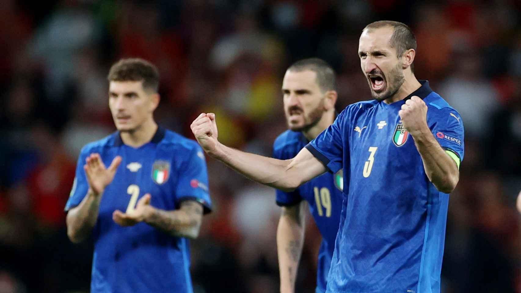 Chiellini y Bonucci celebran la victoria de Italia ante España en los penaltis