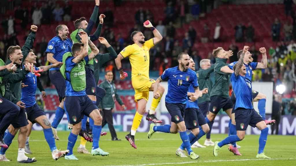 Los futbolistas de la selección italiana celebran el pase a la final tras la victoria a España en penaltis