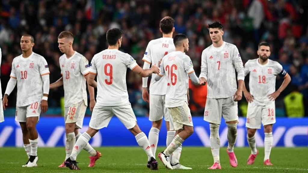Los jugadores de España consuelan a Álvaro Morata